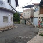 Caminhão de caçamba esbarra em fio e derruba poste na Vila São Luiz